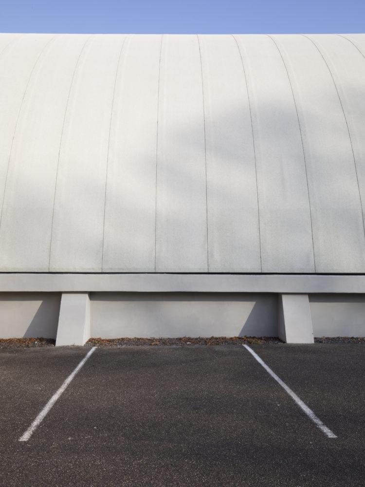 Haslev Hallerne Hal D tagdækning af gråsorte ondulineplader Elgaard Architecture