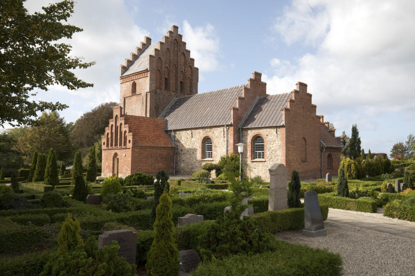 Blistrup Kirke eksteriør kirkegård