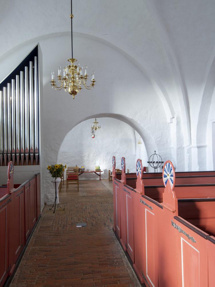 Gerlev Kirke restaureret interiør - orgel og lysekrone