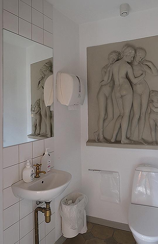 Toilet med relief før restaurering Carlsberg Akademi