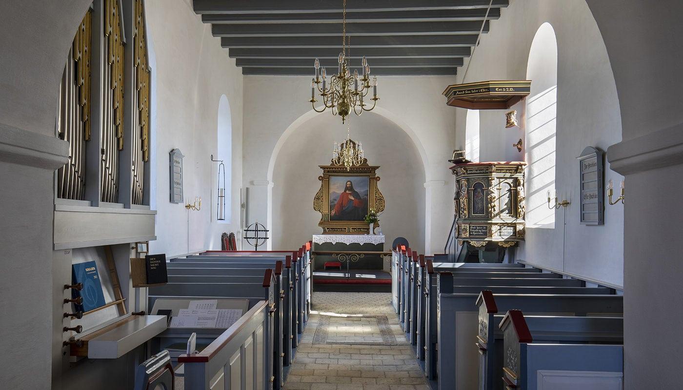 Veksø Kirke interiør mod alter Elgaard Architecture