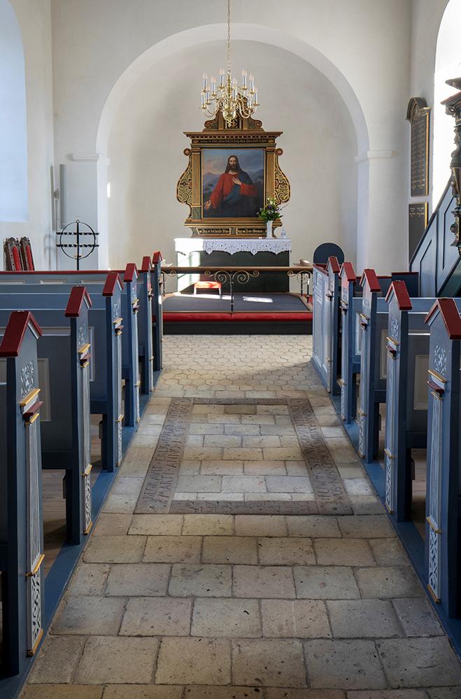 Veksø Kirke interiør gulv og altertavle Elgaard Architecture